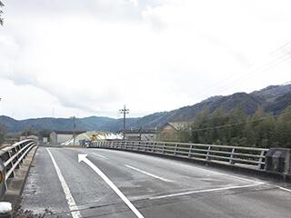 300メートル程走ると橋があります。
