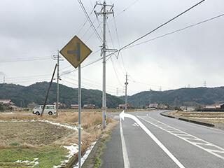 橋を渡り最初のT字路を左に曲がります。